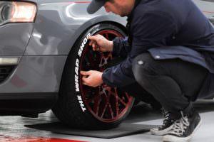 anbringen der Reifenbeschriftung